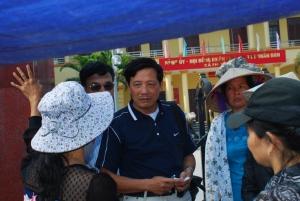 Bà con Văn Giang đang thuật lại cảnh bị cướp đất với khách tới thăm...