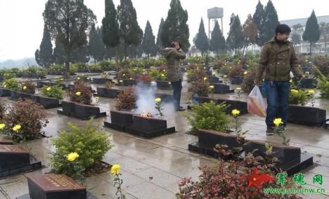 Vợ chồng ông Yan Xiqing - chủ cửa hàng bán hoa tươi ở Quảng Tây, hàng năm cứ dịp này cung tiến mỗi mộ một bông cúc vàng để tri ân các liệt sỹ tử đạo trong trận phản kích tự vệ...