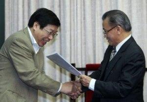 Trao Kiến nghị 72 cho BBT sửa đổi Hiến pháp của QH