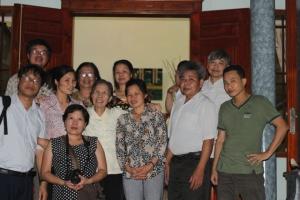 Cụ Lê Hiền Đức và anh chị em ở Hà Nội tới thăm và động viên gia đình anh Vươn ngay sau phiên xử sơ thẩm...