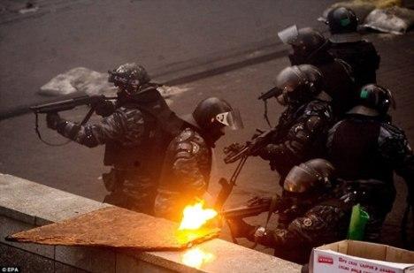 Cảnh sát chống bạo động bắn thẳng vào phe biểu tình (Ảnh: EPA)