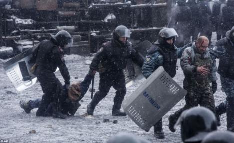 Hàng trăm biểu tình viên bị bắt giữ, ngược đãi (Ảnh: AP)