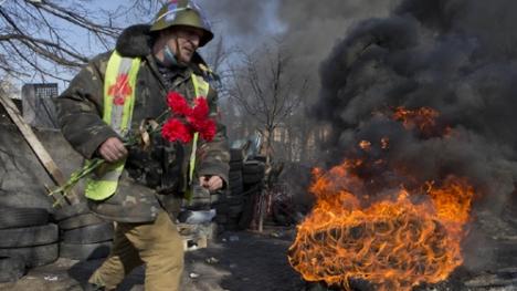 Những bông cẩm chướng đỏ đã băng qua khói lửa tới tay những người BT Ukraine... (Ảnh: AP)